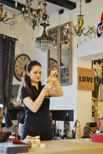 Denisa realizand un accesoriu tip evantai