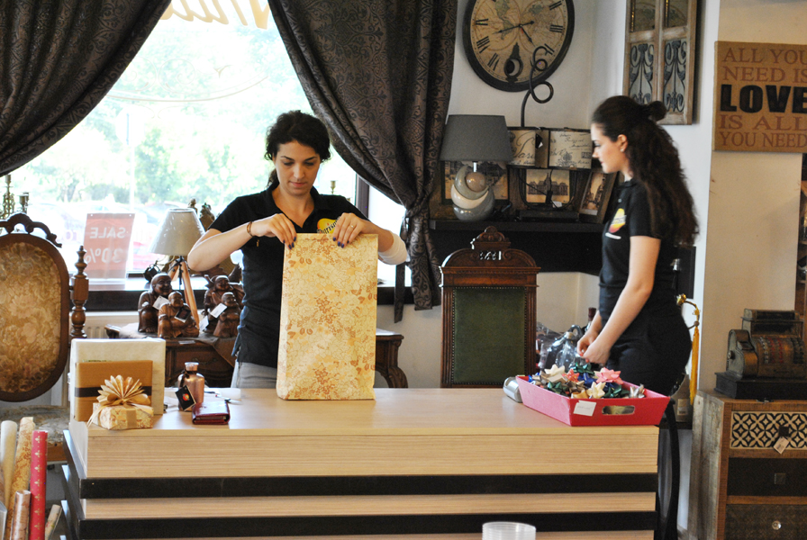 Elena creand o punga de cadou cu decoratiune evantai